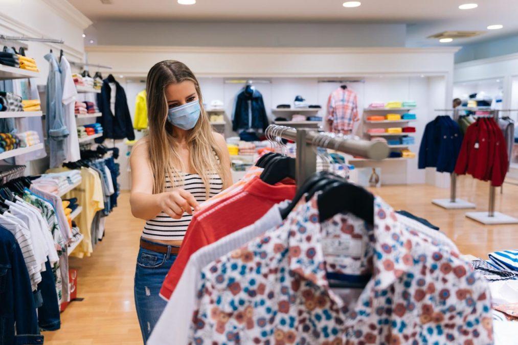 Mujer mirando ropa en un comercio tradicional